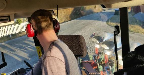 Å kunne høre radio, samtidig som man skåner hørselen for høye lyder og annen støy, skal være mulig også i framtiden. I løpet av 2016 lanserer 3M Peltor hørsevern med DAB+. (Illustrasjonsfoto: Espen Syljuåsen)